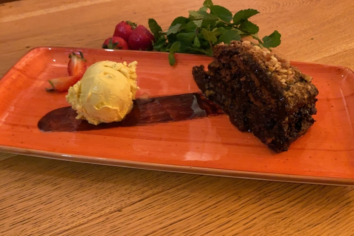 Tort Krantz servit cu înghețată de vanilie