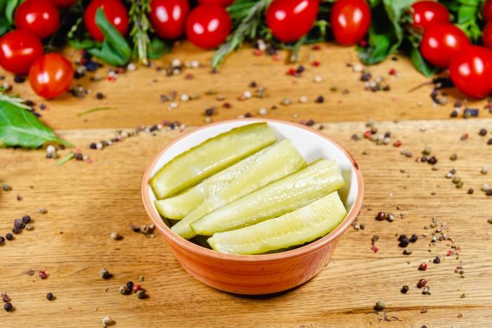 Salată de castraveți acri